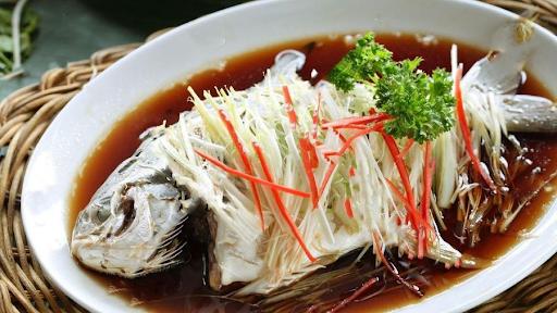 Để chế biến được món cá hấp xì dầu thơm ngon, người chế biến cần thực hiện từng bước cẩn thận