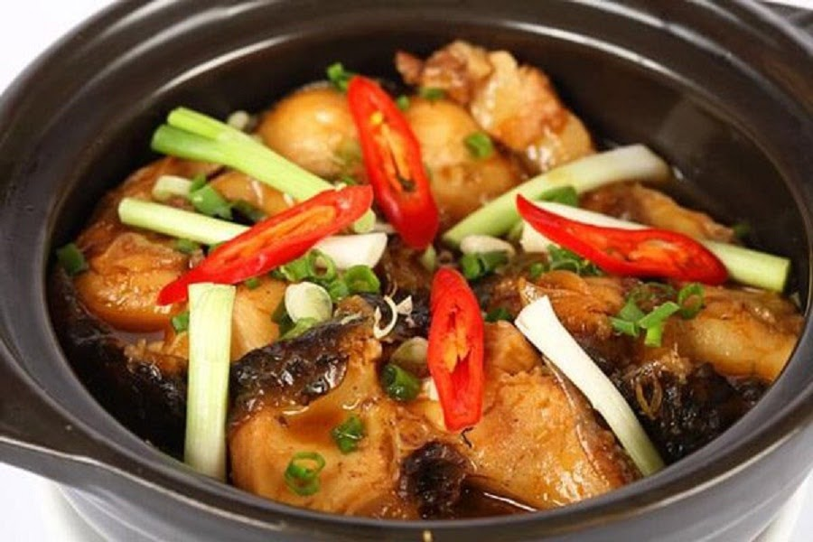 Những nguyên liệu nào thường được sử dụng để làm món cá chép kho