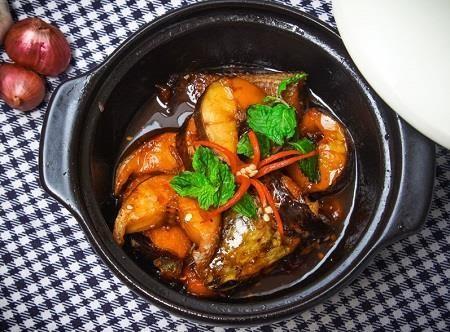 Thực hiện nấu món cá kho nồi đất